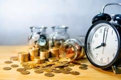 Frascos e pulso de disparo da moeda Dinheiro da economia para a aposentadoria fotografia de stock royalty free