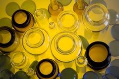 Frascos farmacéuticos en amarillo Fotos de archivo
