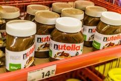 Frascos grandes de Nutella do tamanho na mercearia turca Foto de Stock Royalty Free