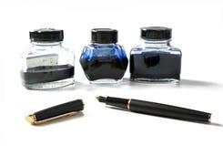 Frascos pequenos com a pena da tinta e de fonte Fotografia de Stock Royalty Free