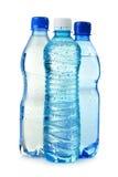 Frascos plásticos da água mineral isolados no branco Fotos de Stock Royalty Free