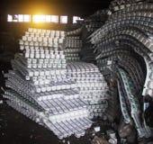 Frascos plásticos, garrafas para o lixo que processa, plástico imagens de stock