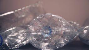 Frascos plásticos usados recicle o conceito waste Aquecimento global e poluição video estoque