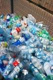 Frascos plásticos que recicl o centro Fotografia de Stock