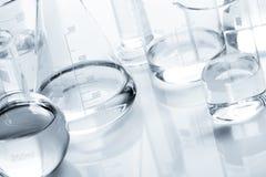 Frascos químicos con un líquido claro foto de archivo