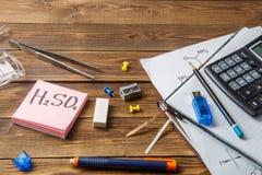 Frascos químicos, pinzas, teclado, cuadernos en una tabla de madera con el copyspace Imagen de archivo
