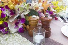 Frascos, sal e pimenta na tabela fotografia de stock