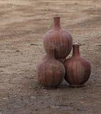 Frascos tradicionais e velhos marroquinos do armazenamento da terracota e do alimento imagem de stock