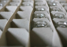 Frascos vazios em uma caixa, separada Fotografia de Stock Royalty Free