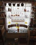 Frascos velhos do farmacêutico na janela iluminada Fotos de Stock Royalty Free