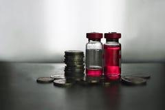 Frascos y monedas foto de archivo