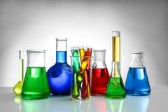 Frascos y tubos de ensayo químicos en fondo imágenes de archivo libres de regalías