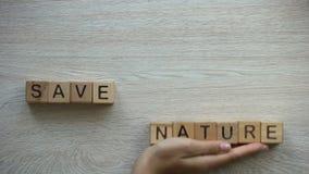 Frase de ahorro de la naturaleza hecha por las manos femeninas, matando a los animales para la piel natural almacen de metraje de vídeo