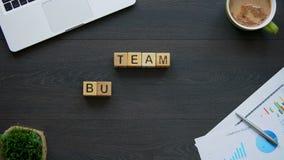 Frase di team-building fatta delle idee collettive dei cubi circa sviluppo della società archivi video