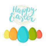 Frase disegnata a mano Pasqua felice dell'iscrizione di tipografia sui precedenti bianchi con l'uovo sveglio illustrazione di stock