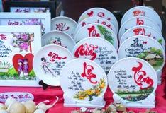 Frase escrita del altavoz arte lunar del Año Nuevo de la cerámica con el ` feliz, mérito, fortuna, longevidad, ` del texto de la  Imagenes de archivo