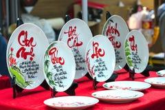 Frase escrita del altavoz arte lunar del Año Nuevo de la cerámica con el ` feliz, mérito, fortuna, longevidad, ` del texto de la  Foto de archivo libre de regalías