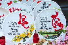 Frase escrita del altavoz arte lunar del Año Nuevo de la cerámica con el ` feliz, mérito, fortuna, longevidad, ` del texto de la  Imágenes de archivo libres de regalías