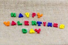 Frase felice di giorno di biglietti di S. Valentino scritta su tela Immagine Stock