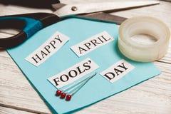 Frase feliz de April Fools Day no fundo de madeira Imagem de Stock Royalty Free