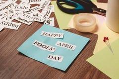 Frase feliz de April Fools Day no fundo de madeira Imagens de Stock