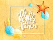 Frase inspirada del verano de las letras de la mano del vector - vida es mejor en la playa - con el marco y cáscaras en la arena stock de ilustración