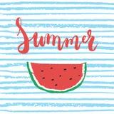 Frase pintada a mano de las letras del cepillo rojo del verano aislada en el fondo rayado azul con la sandía colorida del bosquej Imágenes de archivo libres de regalías
