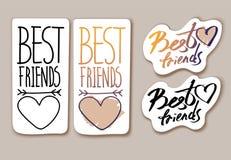 Frase y corazón exhaustos de la etiqueta engomada de la mano en un fondo blanco Mejores amigos libre illustration