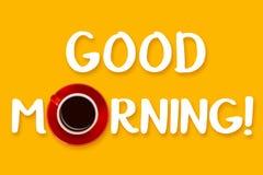 Fraseie o bom dia e o copo vermelho no fundo amarelo Vista de acima Fotografia de Stock