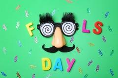 Fraseie o ` do dia dos tolos do ` e vidros engraçados foto de stock