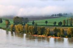 Fraser Fluss am nebeligen Sonnenaufgang Lizenzfreies Stockfoto