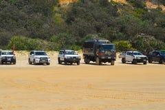 Fraser Island, Qld, Australië - Januari 27 2018: 4wd voertuigen bij een populair strand op Fraser Island worden geparkeerd dat stock fotografie