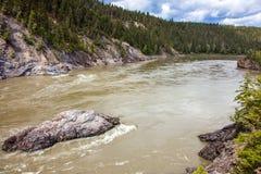Fraser River al villaggio di eredità di Xatsull in Columbia Britannica immagini stock