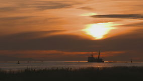 Fraser River Dredger, Sonnenuntergang stock footage