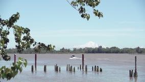 Fraser River, Motorboot, Mt Bäcker 4K UHD stock footage