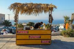 Frash在圣托里尼海岛上的玉米卖主 免版税图库摄影