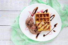 Frasig belgisk dillande med stycken av päronet, bär- och chokladsirap och glassbollar Arkivfoton