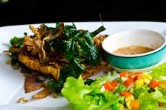 Frasig fisksallad för thailändsk mat Arkivbilder