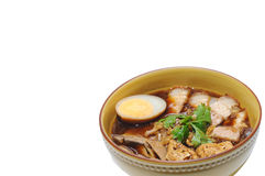 Frasig grisköttsoppa med den isolerade nudeln, kinesisk matmeny kuay j Royaltyfria Bilder