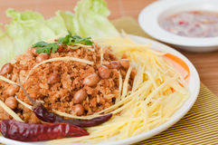 Frasig havskatt med grön mangosallad, populär mat i Thailand. Royaltyfri Bild