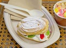 Frasig kaka med kräm och variationsfrukt Fotografering för Bildbyråer