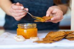 Frasig kakaspridning med läckert aprikosdriftstopp Arkivfoto
