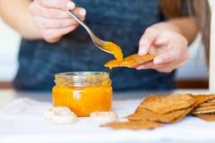 Frasig kakaspridning med läckert aprikosdriftstopp Royaltyfri Foto