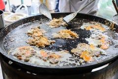 Frasig ostronomelett som göras från mjöl som är blandat med musslan eller ostron och ägg arkivfoto