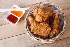 Frasig stekt kyckling i en korg Royaltyfri Fotografi
