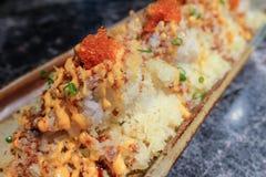 Frasig sushi med det kryddiga sås- och räkaägget Arkivfoto