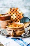 Frasiga bakade kikärtar med kryddor på lantlig bakgrund Arkivbild