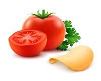 Frasiga chiper för vektorpotatis med rött tomatslut upp på vit bakgrund Fotografering för Bildbyråer