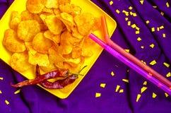 Frasiga chiper med kryddig chili Arkivbilder