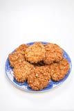 Frasiga havrekex/kakor på en pilmodellplatta Royaltyfri Foto